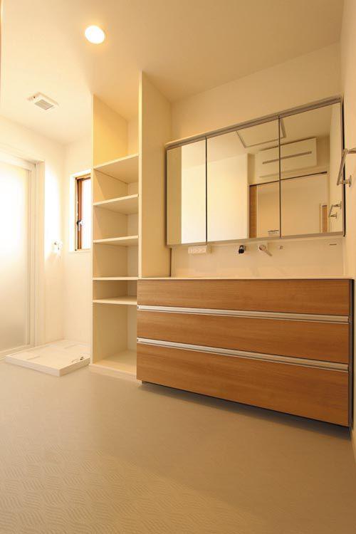 洗面所には大型のドレッサーと便利な収納棚を配しました。