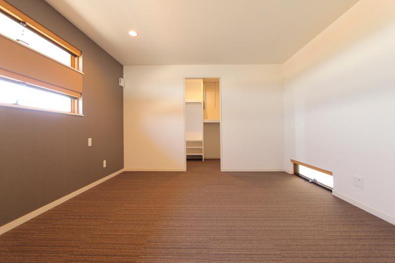 主寝室は横スリット窓を配してモダンな空間とし、大型のウォーインクローゼットも設置しました。