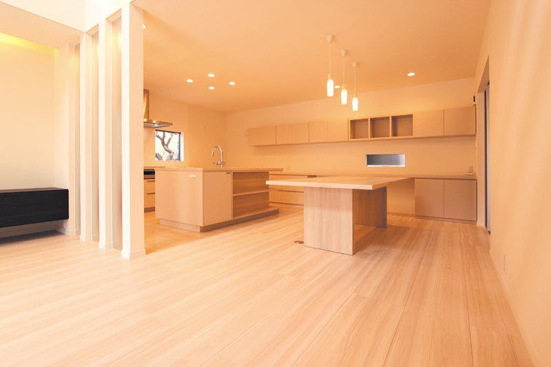 ダイニングにはオリジナルの家具とテーブルを製作し、ナチュラル感たっぷりのスペースとしました。