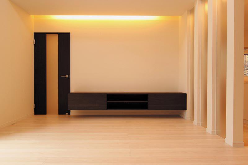 リビングにはオリジナル製作のテレビ台を配し、スリットガラスや間接照明を配してモダンな空間としました。