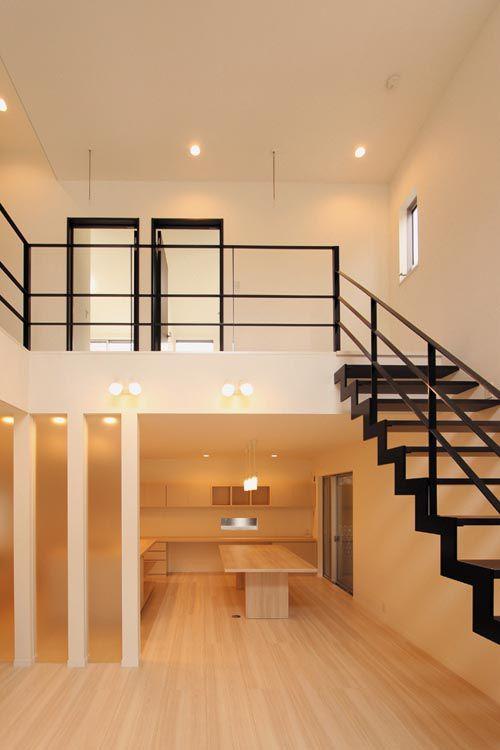 階段や手摺はオリジナル製作のストリップ形式とし、空間に広がりを持たせました。