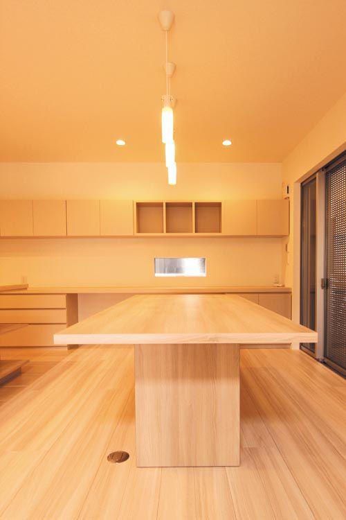 オリジナル製作のダイニングテーブルやキャビネットはペンダント照明やダウンライトとのバランスを考慮し、落ち着いた空間としました。