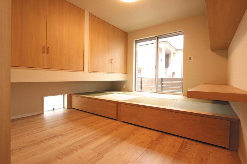 畳スペースの畳下には大収納のオリジナル製作引出しを配し、効率的な空間設計としました7.