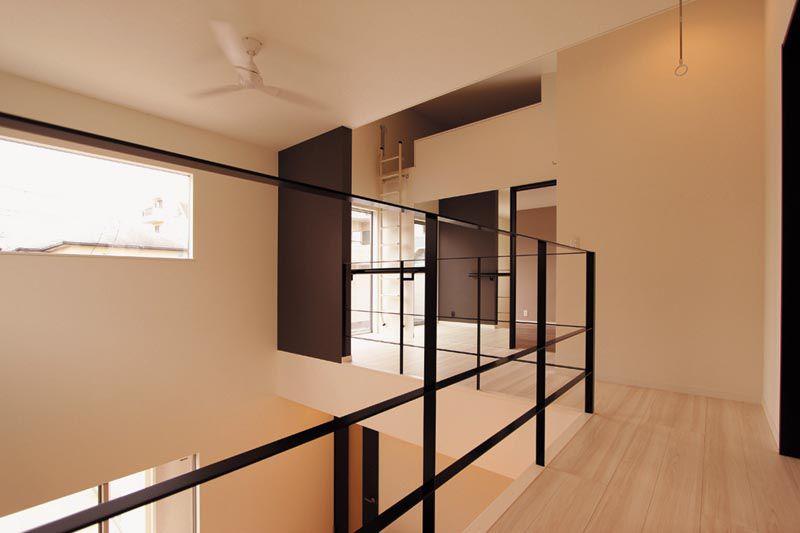 吹抜けに面した2階廊下からフリースペースにはブラック色のフラットバー手摺を配し空間のアクセントとしました。