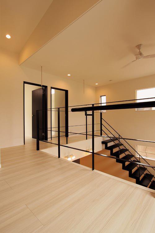 2階廊下からフリースペースは開放的で明るい空間とし、リビングとの一体感を持たせました。