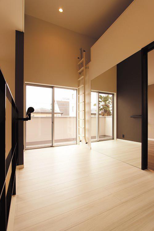 2階のフリースペースには便利なロフトとお子様がバレエの練習をするための大面鏡や練習用のバーを設置しました。