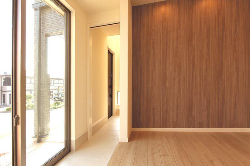 玄関からリビングへと続く「土間」と高さ2.4mのハイサッシ。
