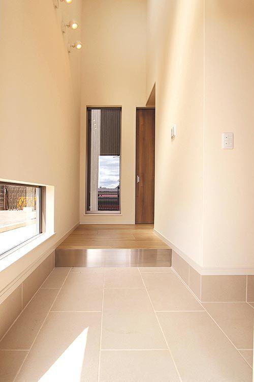 アイボリーを基調とした明るい玄関にはシャープなステンレスの框を使用。
