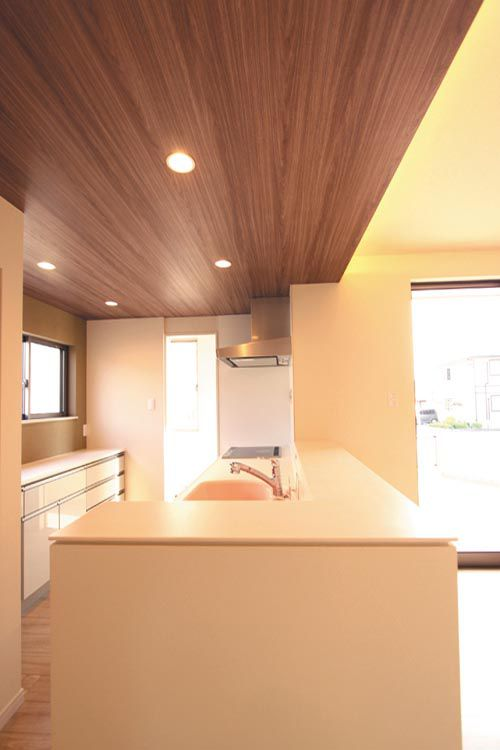 対面キッチンのワイドな人造大理石カウンターはあらゆる調理シーンで機能的に活躍します。