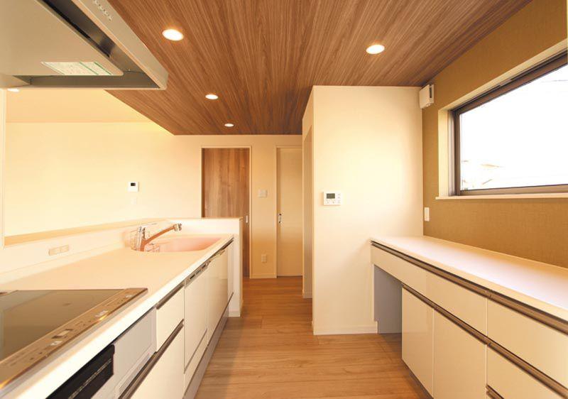 キッチン背面のロングカウンターと窓は解放感と採光、通風を兼ね備えた機能的なミセススペースです。