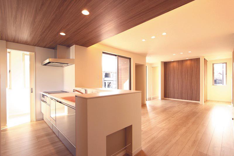 キッチンからリビングには天井高さに変化を持たせ、リビングの広がり感を演出しています。