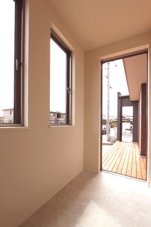 キッチンに連続する室内物干しスペースを兼ねたミセスルーム。南側ウッドデッキへの動線はバーベキュー時に便利です。