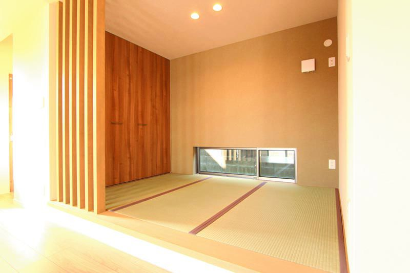 リビングに連続する畳スペースは木製のルーバー