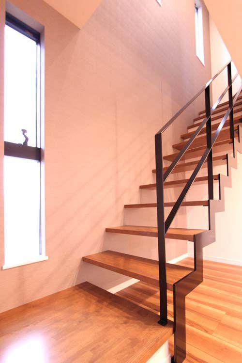 スケルトンの鉄骨階段はインテリアの一部としても存在感を演出しています。