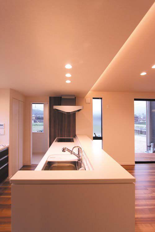 対面キッチンのカウンターは人造大理石で高級感を演出しました。