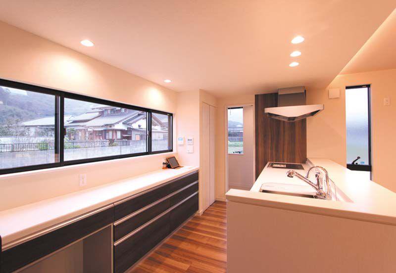 キッチンにはワイドな窓を配し通風・採光に配慮しています。