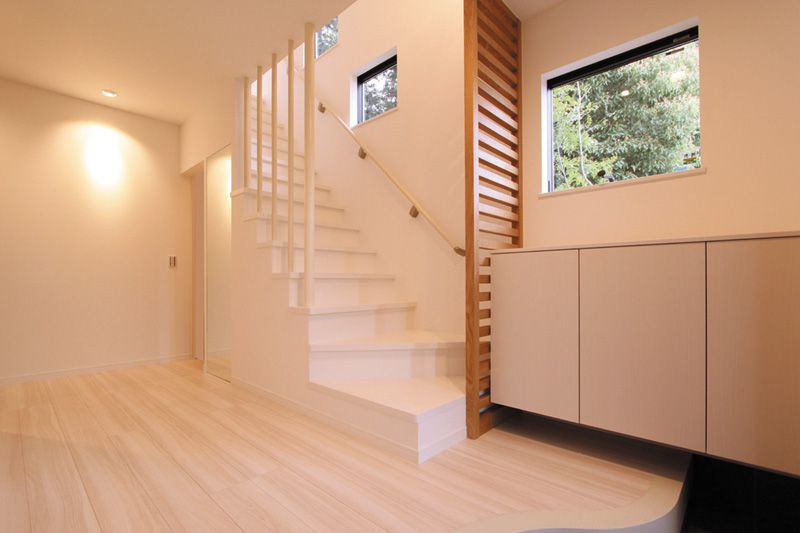 明るく開放的な玄関。R形状の玄関框が優しい雰囲気を演出します。
