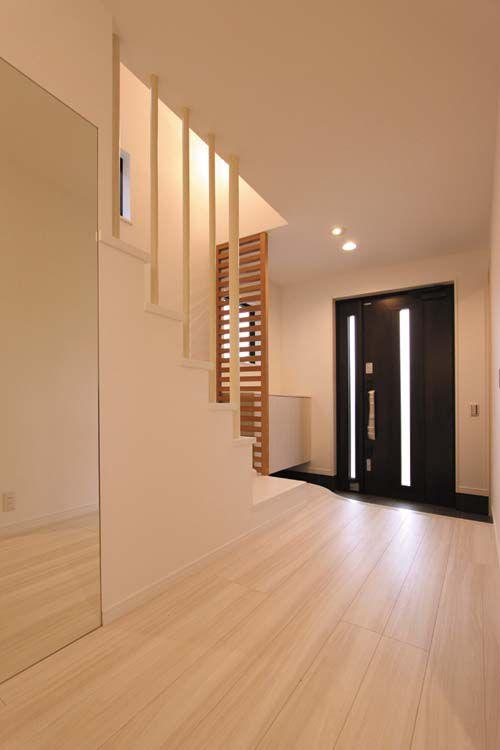 広々とした玄関には姿見鏡を配してさらに解放感をアップ。