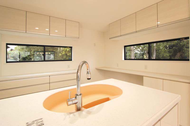 キッチンは採光と通風をたっぷりと採り、大容量の収納も確保しました。