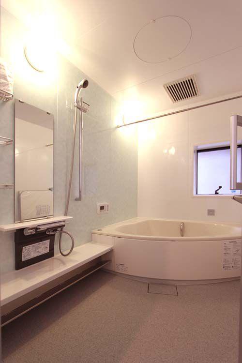 半円デザインのお風呂は、まるでホテルの様な趣き。