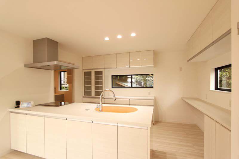 造り付けの食器棚やカウンターなど、キッチンはゆとりをもって配置しました。
