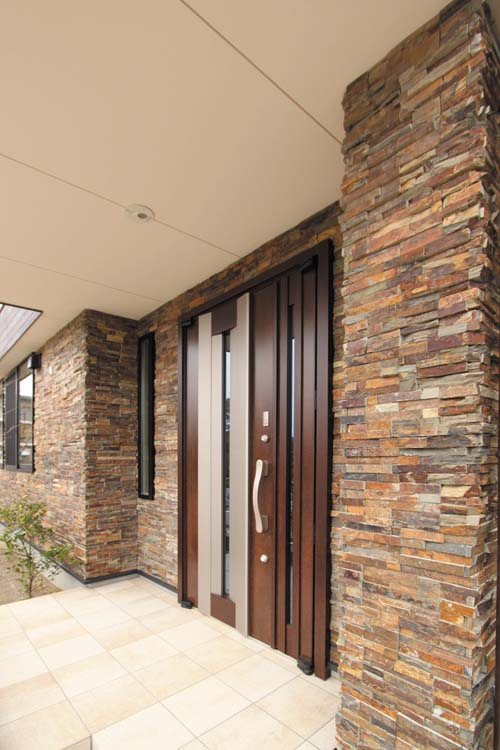高級感漂う玄関アプローチ。石貼りの壁面が存在感をもたらしています。