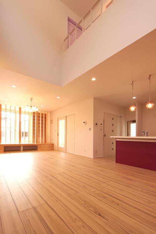吹抜けを採用した明るく広々としたリビングルーム。