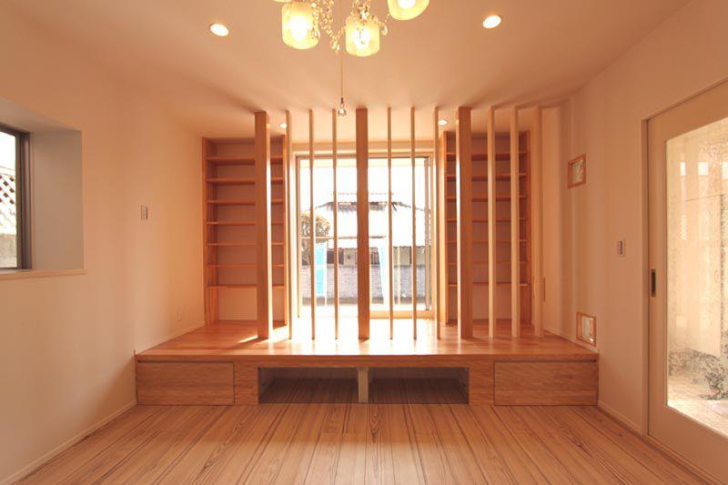 リビングには木製ルーバー越しに見える本棚と引出収納を設置。