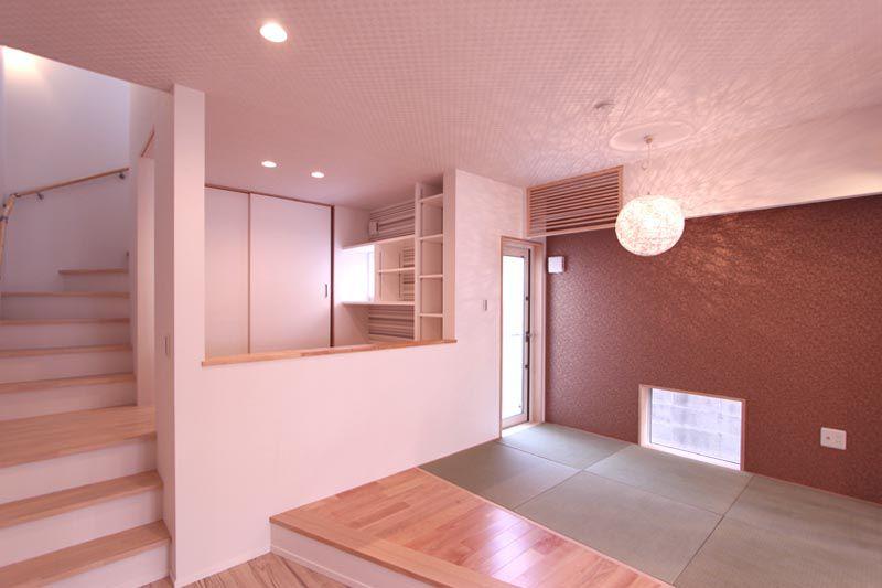 リビングに連続するデザインされた畳スペース。