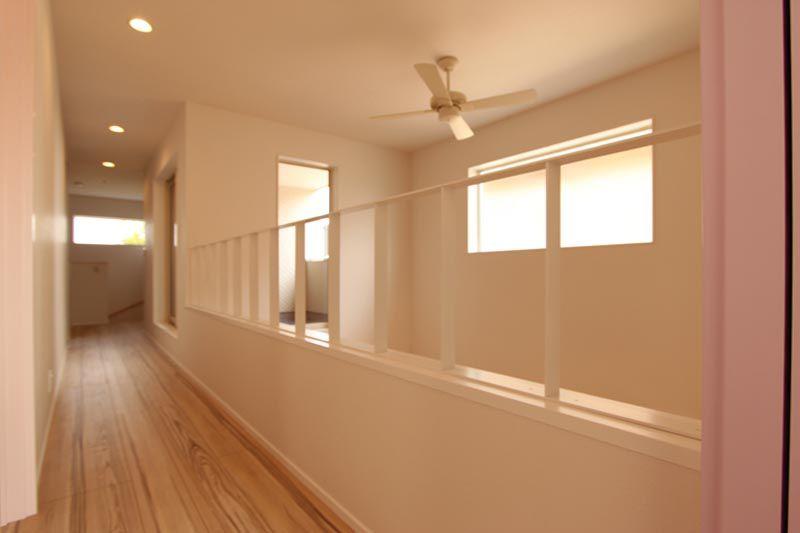 リビングの上部吹抜け沿いに配した明るく開放的な2階廊下。
