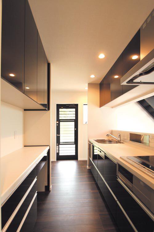 対面式のキッチンはバックキャビネットのロングカウンターなど、開放感と機能性を兼ねています。