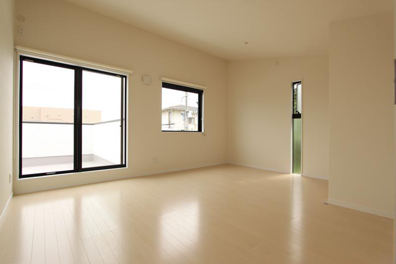 アイボリー調でコーディネートした洋室は明るく広々とした空間としました。