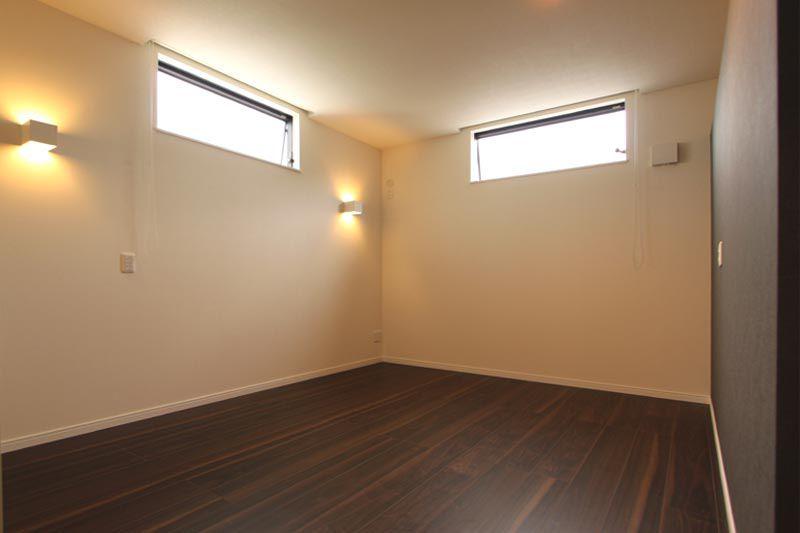 主寝室はプライバシーに配慮しつつ、採光と通風をも確保しました。