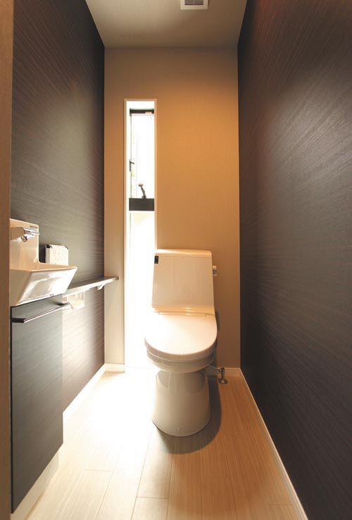 シックな趣きのトイレ。落ち着きのある空間に仕上がっています。
