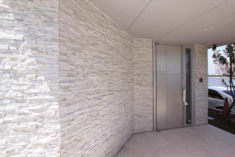 素材感を重視したシンプルな玄関ファサード。