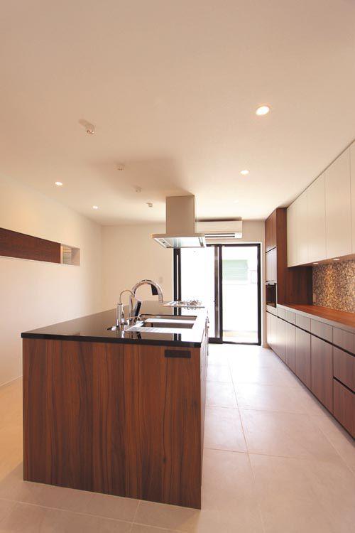 高級感溢れるアイランドキッチンとバックキャビネットを配したキッチンはオーナーこだわりの空間です。