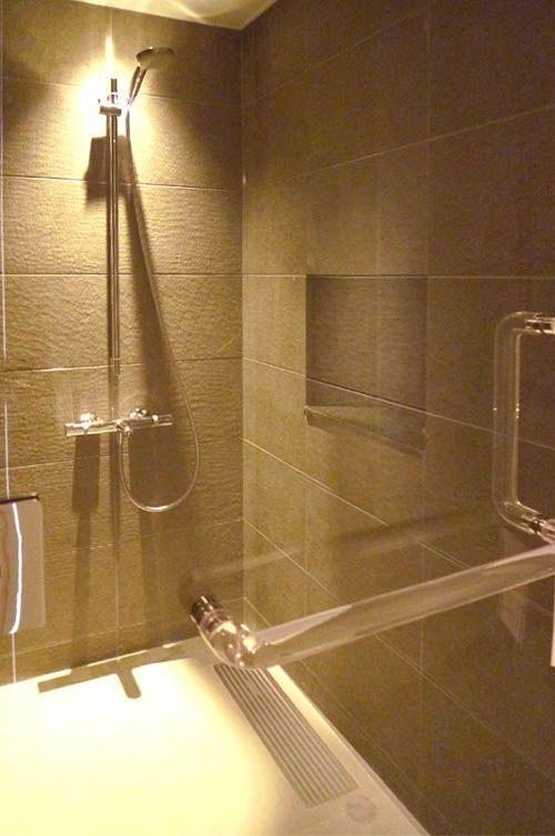 メインの浴室とは別にシャワールームを設けました。