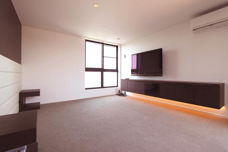 主寝室には収納付きのロングカウンターと大画面の薄型テレビを備えつけました。