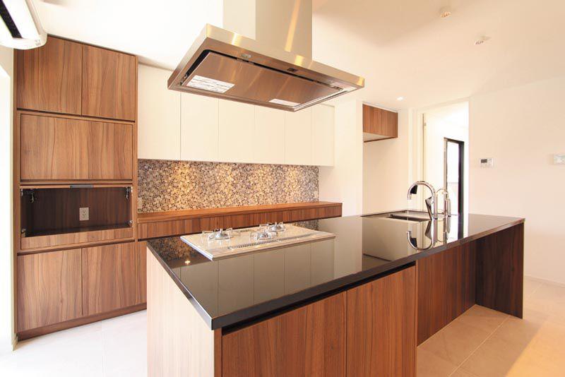 特別注文のキッチンバックキャビネットにはモザイクタイルをあしらって高級感を演出しています。