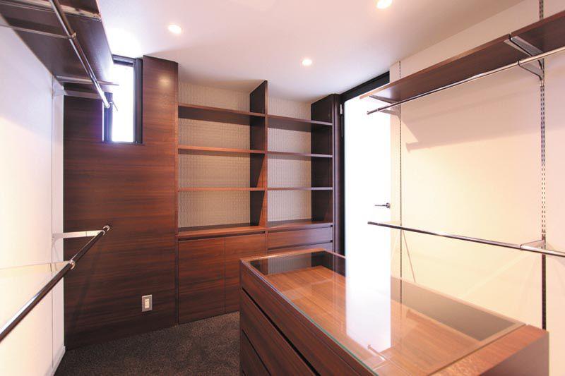 主寝室のウォークインクローゼットは高級ホテル並みの空間としました。