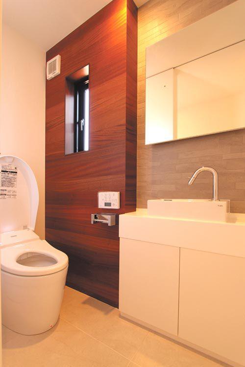 トイレは落ち着きのある木目調のパネルを配し、手洗いもシンプルなデザインとしました。