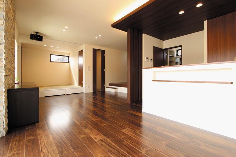 リビングに続く畳コーナーは床を上げて畳下に大型の引出収納を設置。とっても便利です。