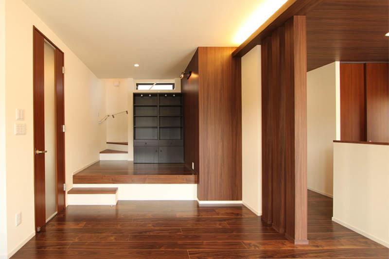 2階に上る階段の途中にはピアノ置場としてフリースペースを設けました。