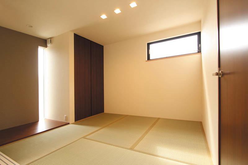 リビングへと続く畳スペースはモダンな雰囲気のセカンドリビング。