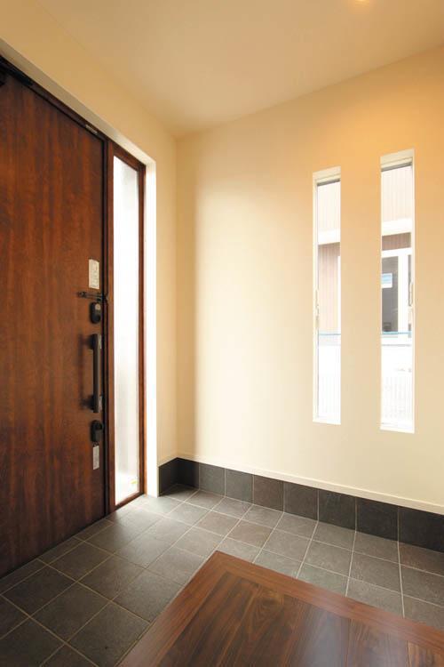 広々とした玄関はスリット窓を多用して明るさを確保しました。
