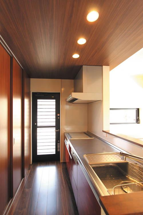 キッチンには大型の壁面収納を採用。食器類にレンジ台や炊飯ジャーなど、キッチン用具の全てを収納できます。