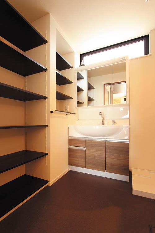 洗面脱衣室には機能的な収納棚を多めに設置。 タオルや衣服のストッカーとしても使えます。