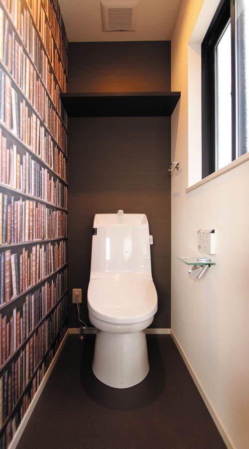 トイレには本棚に並んだ大量の本?・・・の壁紙を遊びごころで貼りました。
