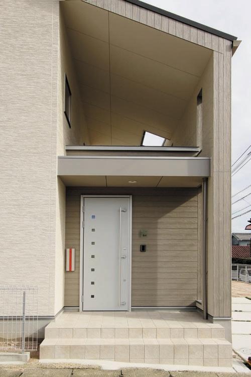 ウォームグレーを基調としたモダンな玄関ファサード。