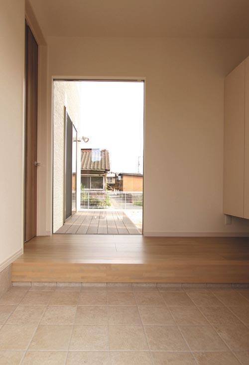 広々とした玄関には大型サッシを配して明るさも確保しました。